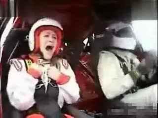 美女坐赛车的表情