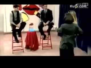 国外节目恶搞美女 蒙眼与猩猩接吻