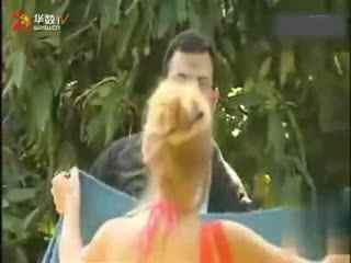 视频:爆笑!美女当街换衣恶搞路人