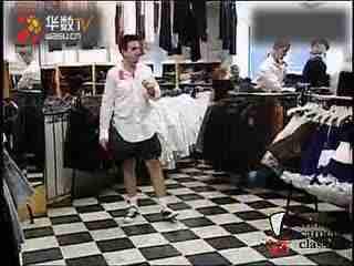 你脱了美女的衣服【美女搞笑视频全集之恶搞路人