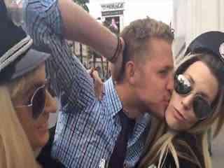 国外小伙街头突袭亲吻多位美女 帅哥 玩自拍 293x220-帅哥 街头接吻图图片
