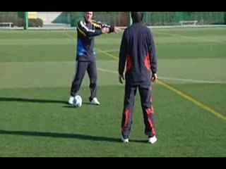 汤姆-拜尔校园足球视频教学 外脚背拨球变向过