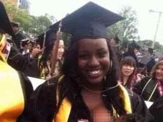 美国一女生在毕业典礼上当众喂奶