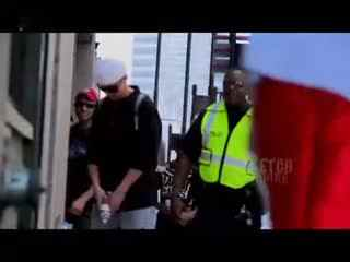 美女搞笑视频:美女在马路上假尿尿