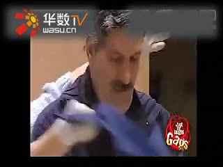 搞笑视频之国外整人搞笑节目老男人用吸裙器吸美女