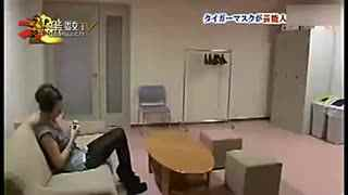 日本整人节目 虎面男房顶突击
