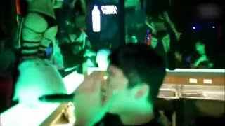 狂野三点式美女夜店吧台热舞秀身姿