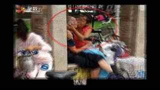 郑州街头白发老人与中年女子接吻