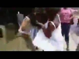 打架斗殴视频搞笑 外国人这样打架的