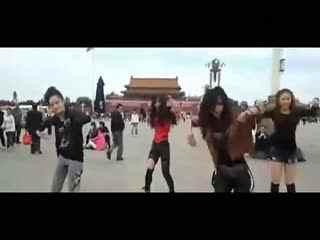 90后美少女天安门广场跳小苹果广场舞