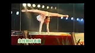 柔术软功 少女的惊人软功杂技表演