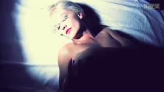 内衣美女床上翻滚性感撩人