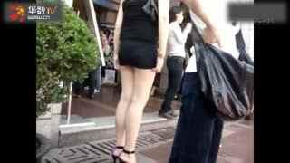 街拍视频:大胆美女当街整理丁字裤