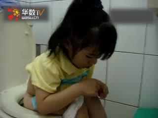 上厕所还边挖大便吃的小女孩