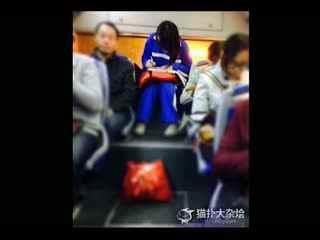 校服美女公交车上做作业