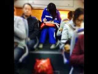 美女公交车做作业走红