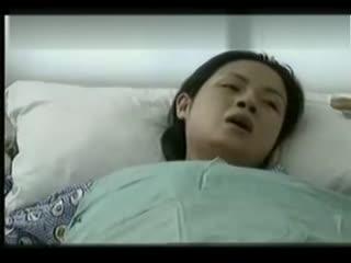 大肚子孕妇正面分娩视频