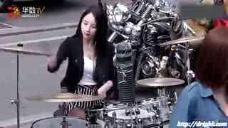 韩国美女街头表演打鼓