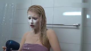 甜美女生遭男友浴室整蛊