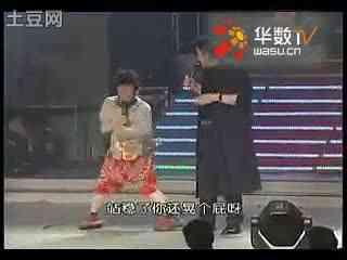小刘欢超级搞笑小品_搞笑小品《傻子卖唱》小刘欢