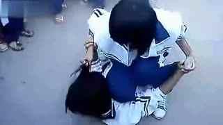 女生打架视频_斗殴视频 90后女生打架 压在地上动弹不得