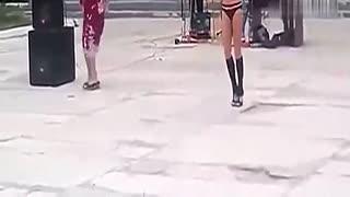 搞笑视频笑死人美女 比基尼美女广场舞