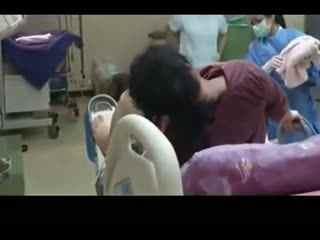女人水中分娩视频 外国女性生孩子视频