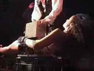 魔术教学 美女躺钉板腹部碎石