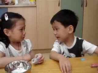 熊孩子搞笑视频 超萌!小男孩安慰第一次上幼儿