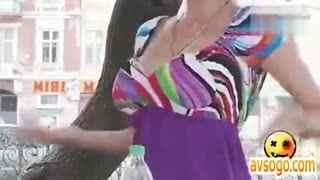 爆笑整蛊:巨乳美女街头现场挤奶售卖