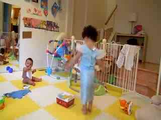 熊孩子搞笑视频 小姐姐跳舞逗乐双胞胎北鼻--华