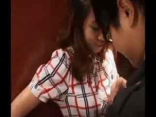 美女恶搞视频 未婚男女在电梯里