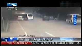监拍武汉无人公交车突然自行滑动 撞死骑车妇女