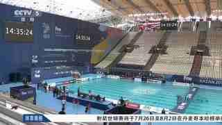【游泳】足球场变身游泳馆 安装顶棚防备雨水
