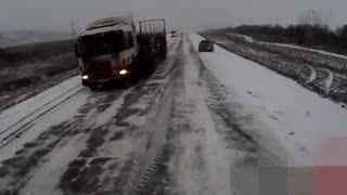 交通警示 路面好似滑冰场 公路悲剧连环失控车祸