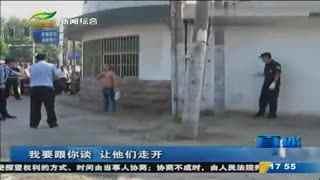 一男子当街轻生 警方迅雷夺刀