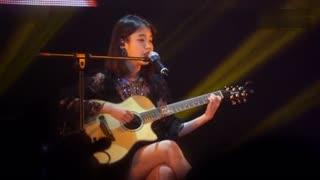 韩国女星IU吉他弹唱《挥着翅膀的女孩》