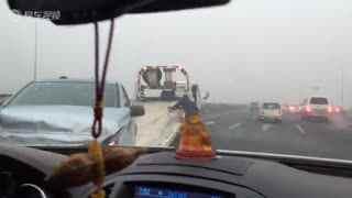雾霾看不起路,这辆车不知道跟什么撞了。