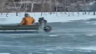 真能行啊!渔夫的船驰骋冰面