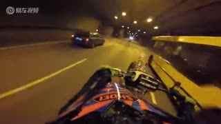 马路当秀场 实拍摩托车高手长距离翘头