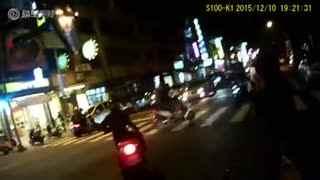 闯红灯的摩托车車禍