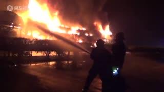 广西重型半挂车自燃20辆奥迪被烧毁