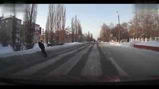 醉酒老毛子过马路一头扎进雪堆里