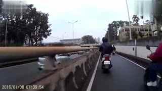 车祸请小心 六辆摩托车撞成一团