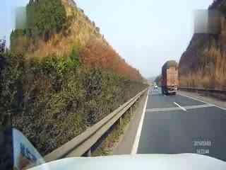 惊险车祸:高速上撞异物险酿车祸