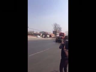 惊险车祸:车厢着火了还在开
