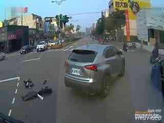 惊险车祸:闯红灯被雷克萨斯撞击