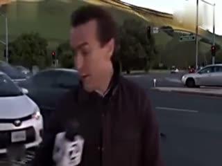 惊险车祸:记者反应神速逃过一劫