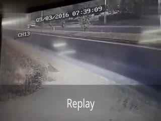 惊险车祸:大巴侧翻倒地