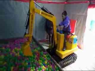 儿童挖掘机视频表演 小苹果之熊出没挖掘机合